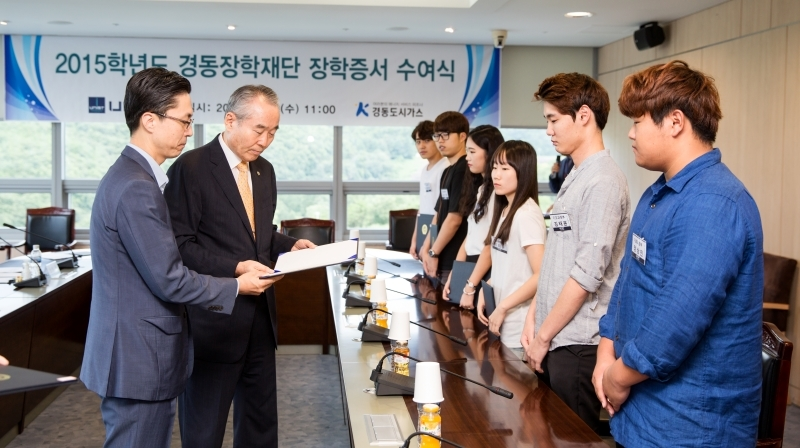 UNIST President Moo Je Cho (right) and President Jae Ho Song (left) of Kyeongdong City Gas Co., Ltd., are presenting the award certificates to the successful candidates.