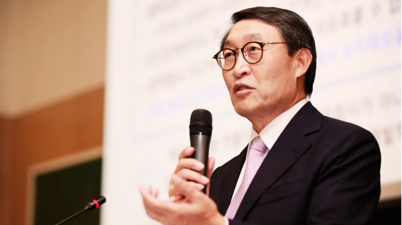Vice President Hyun-Soon Lee of Doosan Infracore Co., Ltd. was invited to deliever a special lecture on entrepreneurial leadership before the eyes of 200 UNIST students.