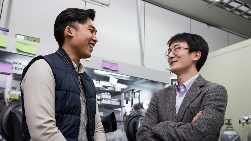 Prof. Yoon Seok Jung of Energy and Chemical Engineering (right) and Dae Yang Oh (right), the first author of the article are having a conversation in their lab at UNIST.