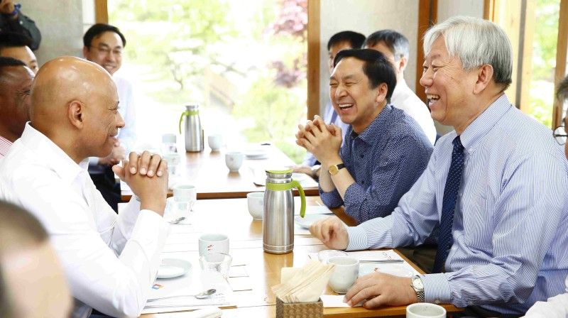 President Mooyong Jung (right) and Mayor Gi-Hyeon Kim (center) of Ulsan are having luncheon with the DHS Under Secretary, Dr. Reginald Brothers (left) on May 5th, 2016.