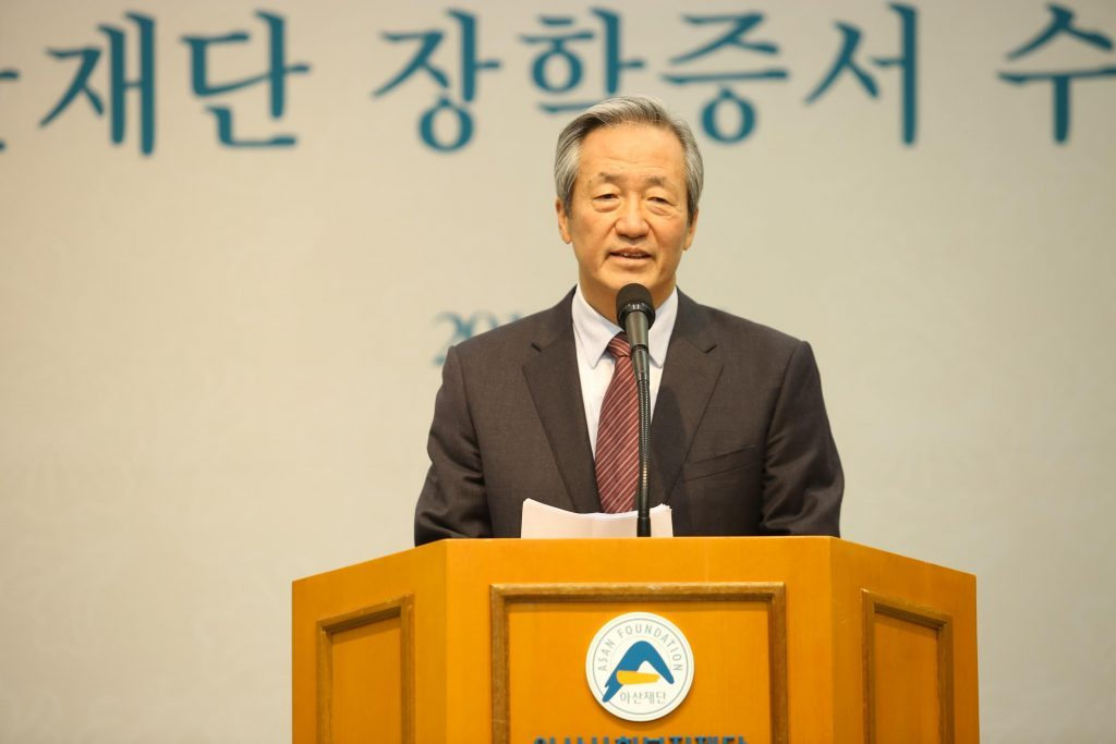 Asan Foundation chairman, Chung Mong-joon is delievering a congratulatory speech at the award ceremony.