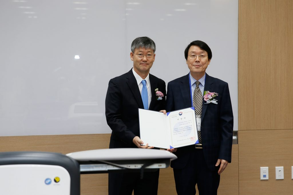 Professor Hyug Moo Kwon and Director Joong Kon Park of NRF