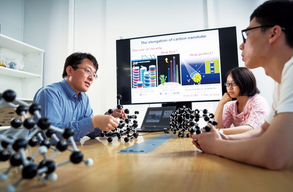 Professor Feng Ding is discussing a project with the researchers. | Photo: Ahn Hong Bum