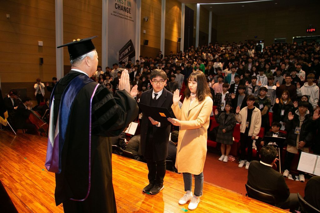 JungWon Lee (left) and SiYul Wi (right) took the oath as the representatives for all the matriculating students