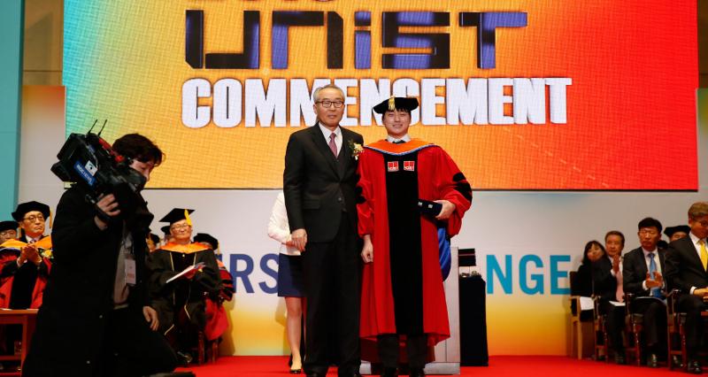 [2019 Commencement] 'Yebong Best Dissertation Award' by Former President Moo Je Cho