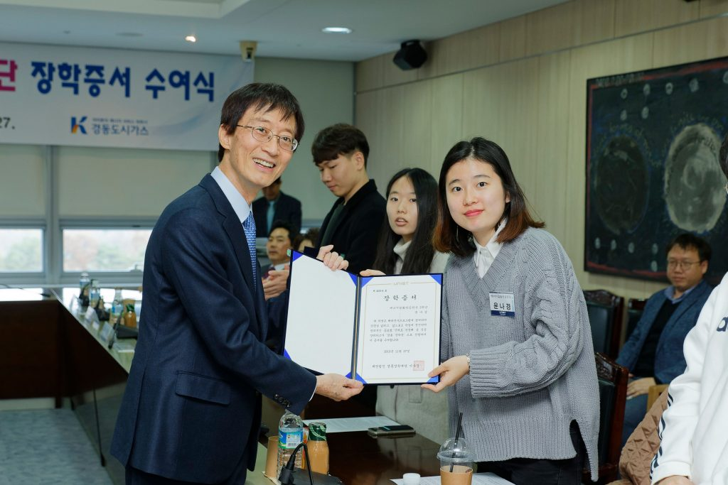 President Mooyoung Jung of UNIST presents certificates to the recipients of 2019 Kyungdong Scholarship Foundation.