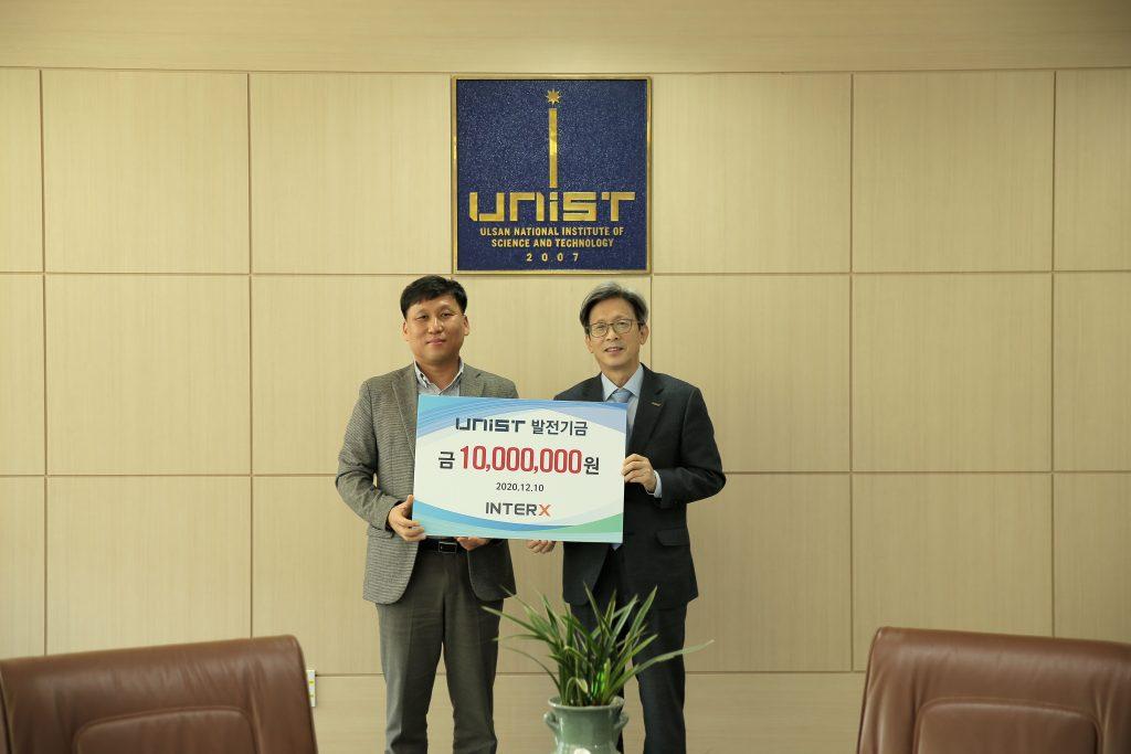 사진-10일목-인터엑스가-UNIST에-발전기금-1000만원을-전달했다_-박정윤-인터엑스-대표왼쪽과-이재용-UNIST-부총장오른쪽