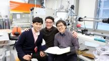 권순용 신소재공학부 교수팀은 물리적인 방법으로 산화 그래핀을 형성해 그래핀 내의 산소와 탄소의 비율 조절을 가능하게 했다. 왼쪽부터 주재환 연구원, 권순용 교수, 곽진성 연구원의 모습이다.