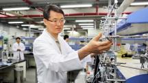 백종범(48) 교수(에너지 및 화학공학부) 공동 연구팀은 쇠구슬을 이용해 흑연을 얇게 깨뜨리는 기계화학적공정(볼밀링)으로 리튬이차전지 음극 소재에 사용 가능한 그래핀을 개발했다.