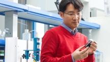 주상훈 교수가 자신의 실험실에서 백금 촉매를 바라보고 있다. 주 교수는 수소차에 활용할 수 있는 촉매를 개발하는 연구를 진행 중이다. | 사진: AZA스튜디오 남승준