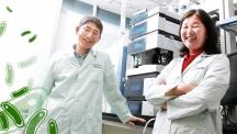 이성국 교수(좌)와 유영신 연구원(우)이 제1공학관 6층 실험실에서 활짝 웃고 있다. 이들은 섬유소가 많은 볏짚이나 옥수수 줄기 등도 잘 발효시킬 수 있는 '슈퍼 미생물' 제작법을 개발했다.