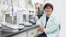 임미희 자연과학부 교수가 자신의 실험실에서 미소짓고 있다. 임 교수는 자연과학부로 진학하려는 학생들에게 '기초과학이 중요하다'고 조언했다. | 사진: 아자스튜디오 남승준