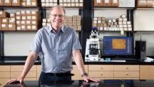 로드니 루오프 교수는 실험에 관심이 있는 고등학교 학생들이라면 '메이커 운동'에 참여하거나 레고 로봇을 만들어 보는 등 다양한 활동을 경험해 보길 권한다. 이론 화학에 관심이 있는 학생은 수학을 좋아하고 컴퓨터 코딩을 익히면 도움이 된다. 화학 분야의 교양서적을 찾아 읽고, 기회가 된다면 실험실에 들어가서 연구를 경험해 보면 좋다. | 사진: 아자스튜디오 이서연