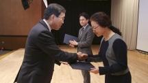김령은 UNIST 문헌정보팀장(오른쪽)이 국립중앙도서관 임원선 관장(왼쪽)에게 문화체육관광부 장관상을 받고 있다. UNIST는 OAK 리포지터리 우수 운영기관'으로 선정됐다. | 사진: 문헌정보팀