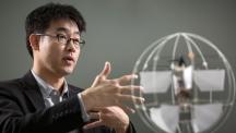 배준범 기계 및 원자력공학부 교수는 외골격을 연구해 로봇이나 드론에 적용하는 연구를 진행하는 인물이다. 그가 자신이 설계한 유니콥터를 설명하고 있다.| 사진: 안홍범