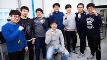 백정민 교수(가운데 앉은 이)의 연구팀이 '수직형 메타물질 광전극' 개발을 기념해 사진을 촬영했다. | 사진: 김경채