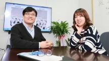 UNIST 신소재공학부의 김주영 교수(왼쪽)와 곽은지 연구원(오른쪽)이 자신들이 개발한 '나노다공성 금'의 현미경 사진을 배경으로 웃고 있다. 이번에 개발한 기술은 나노다공성 금을 100 나노미터 수준에서 제어하는 데 세계 최초로 성공했다. | 사진: 김경채