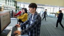 학술정보관 1층에 배치된 PC는 본체 없이 운영된다. 100대의 서버가 구축된 VDI 시스템 덕분이다. 사진은 학생들이 학술정보관에서 PC를 사용하고 있는 모습이다.| 사진: 김경채