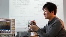 김재준 교수가 스마트 센서 시스템을 살펴보고 있다. 센서의 크기는 작지만 복잡한 계산과 회로를 통해 많은 일을 할 수 있다. | 사진: 안홍범