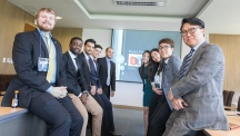 2016 IIP에서 (주)대미의 컨설팅을 맡은 팀이 단체사진을 촬영했다. 왼쪽부터 카메론 로젠탈(Cameron Rosenthal) 일리노이주립대 재료공학과 3학년 학생, 조나스 니아마도르(Jonas Nyamador) UNIST 에너지 및 화학공학부 3학년 학생, 걸샨 사이니(Gurshaan Saini) 롱아일랜드대 MBA 석사과정 학생, 알바로 알베르티니(Alvaro Alvertini) 브라질폴리대 학생(참관), 사라 양(Sarah Yang) 난양공대 경영학과 3학년 학생, 김소린 UNIST 경영학부 3학년 학생, 정태훈 UNIST 신소재공학부 3학년 학생, 김하수 (주) 대미 대표의 모습이다. | 사진: 김경채