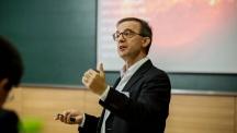 독일 막스플랑크연구소의 호세 크레스포 로페즈-우루티아 박사가 22일 UNIST에서 X선 천체물리학과 고온 플라즈마 분석법 등 XFEL 활용 가능성에 대해 발표하고 있다. | 사진: 김경채