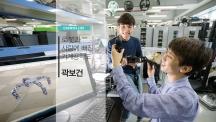 배준범 기계 및 원자력공학부 교수의 연구실에서 박현규 학생(왼쪽)과 곽보건 학생(오른쪽)이 로봇 설계에 대해 의논하고 있다. | 사진: 안홍범