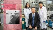 이번 연구에 참여한 저자들의 모습. 왼쪽부터 장윤정 연구원, 이재성 교수, 최요한 연구원. 왼쪽 그림은 델라포사이트로 디젤이 생성되는 화학식을 나타낸 사진이다. | 사진: 김경채