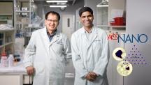 서영교 교수(왼쪽)와 티와리 박사(오른쪽)가 실험실에서 활짝 웃고 있다. 이들은 탄소·질소 유도체에 빛을 쪼여주는 방법을 고안해 뼈 재생 속도를 높일 수 있음을 증명했다. | 사진: 김경채
