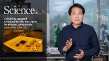 석상일 에너지 및 화학공학부 교수와 이번에 개발한 페로브스카이트 태양전지 재료들의 모습. | 사진: 김경채, 박태진