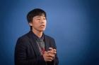박노정-UNIST-교수가-비자성-물질에-자성을-주는-방법을-설명하고-있다.jpg