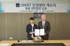 정무영-총장은-학생대표와-함께-권리장전-서명식을-진행했다..jpg