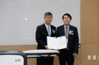박중곤-한국연구재단-공학단장오른쪽이-권혁무-센터장왼쪽에게-연구센터-지정서를-전달했다.jpg