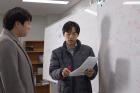연구진-박노정-교수오른쪽와-신동빈-박사왼쪽가-위상부도체-연구에-대해-의논하고-있다.jpg