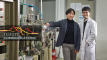 나노 자성체에서 나타나는 특이점, '블로흐 점'을 안정적으로 형성하고 관측한 UNIST 연구진_왼쪽부터 이기석 교수와 한희성 연구원. | 사진: 김경채