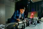 연구진사진-박경덕-교수가-나노금속-탐침에서-플라즈몬을-생성시키고-있다.jpg