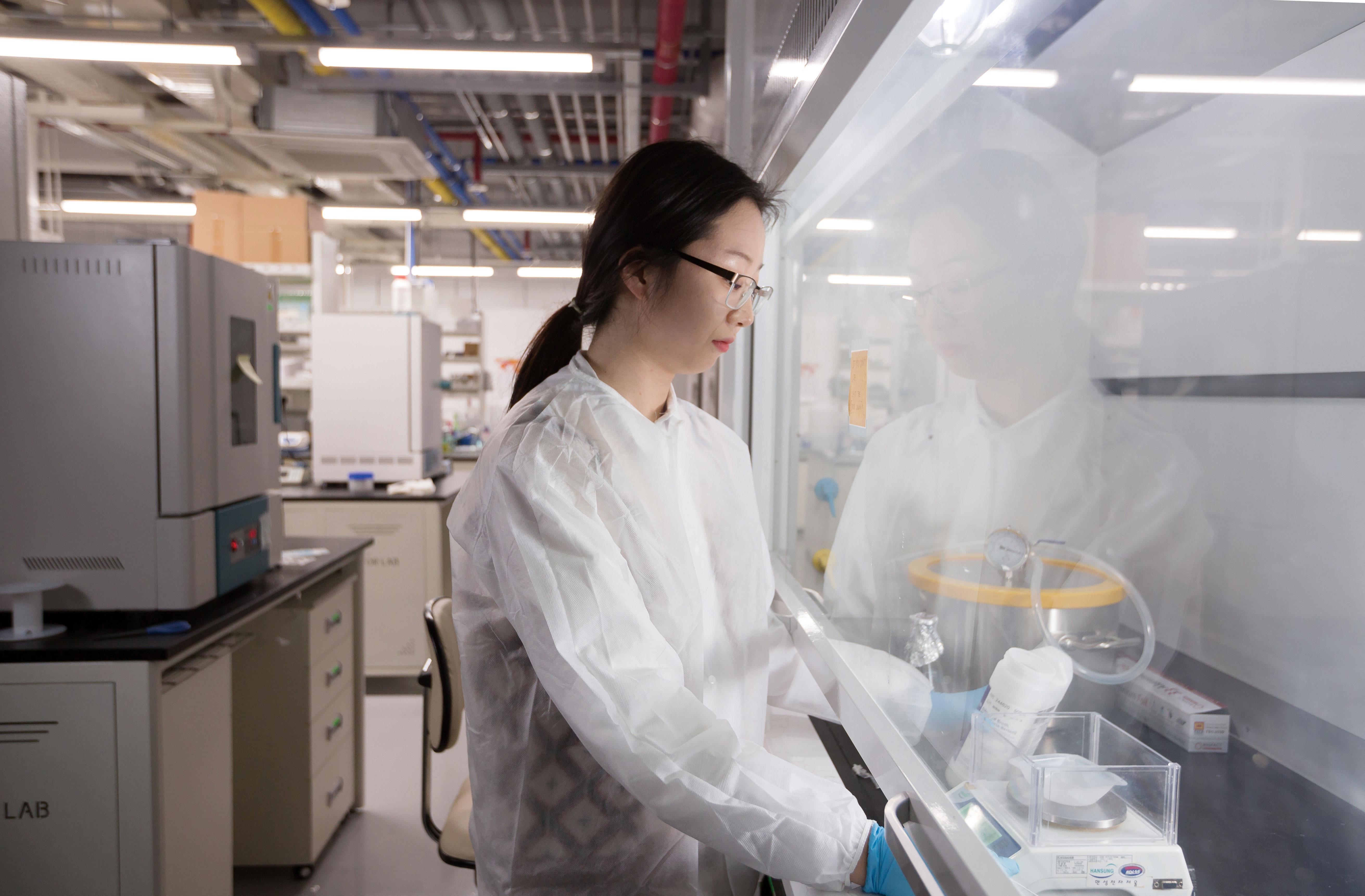 세포를 배양할 수 있는 배지를 제작하고 있는 정수현 연구원. | 사진: 안홍범