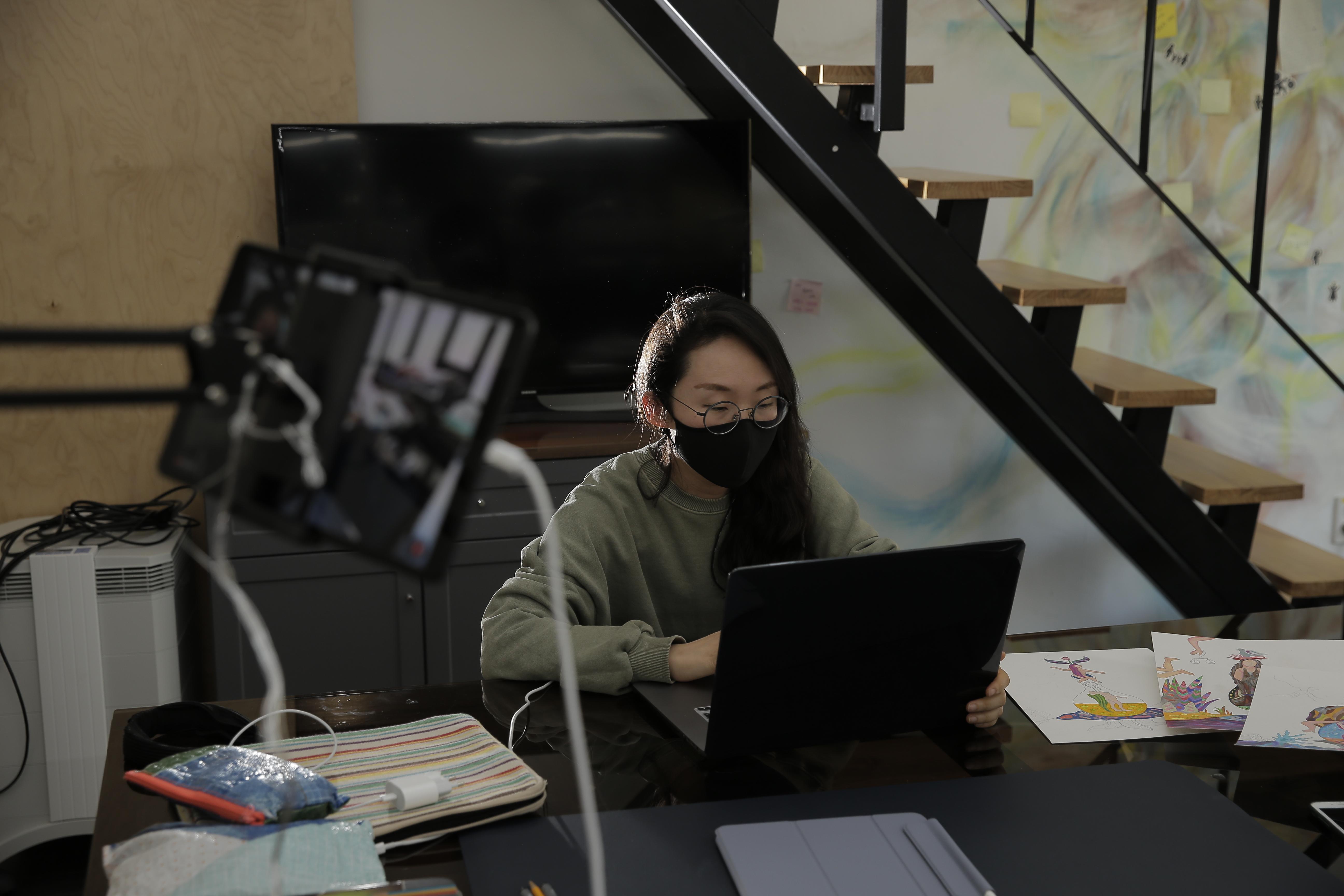 이승연 작가는 아티스트 캔버스를 통해 작업을 송출하고 있다. | 사진: 김경채