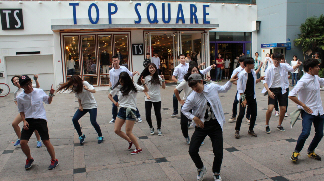 """A group of UNIST students gathered to celebrate the school's 6th anniversary in a fun and creative way using """"Flash Mobs""""."""