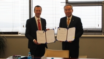 The ceremony of signing MoU between UNIST and FEFU.