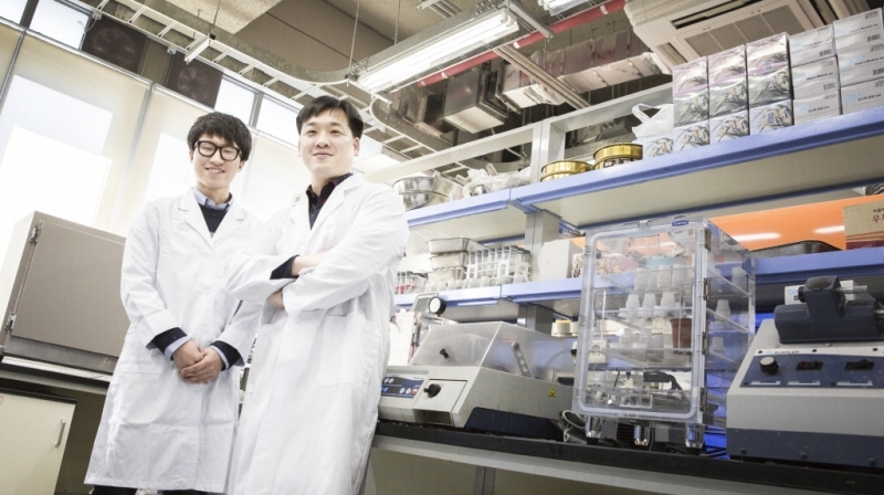 Dong-ho Jeon (left) and his advisor, Prof. Jae Eun Oh (right), posing in the lab at UNIST.