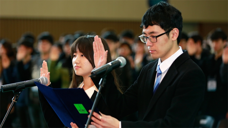 Student representatives, DaeHwa Kim (left), and JaeSung Kim (right), delievering the Oath of Freshmen.
