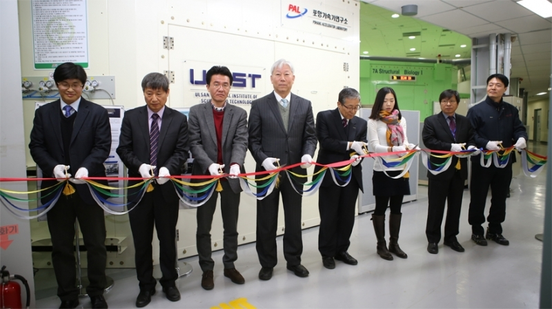 The inauguration ceremony of the UNIST-PAL beamline was attended by MooYoung Jung (Vice-president of Research, UNIST), MooHyun Cho (Director, PAL, POSTECH), and key contributors.