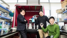 From left are, Prof. Tae-Sung Kim (School of Mechanical and Nuclear Engineering) and his advisees, Min-suk Kim and Do-Kyung Ha in silicon wafer manufacturing laboratory at UNIST.