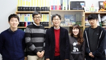 Prof. Byeong-Su Kim (Department of Chemistry) and his advisees are posing for a portrait at his office. From left are KiYoung Jo, EungJin Ahn, Prof. Kim, Minju Park, and Minsu Gu.