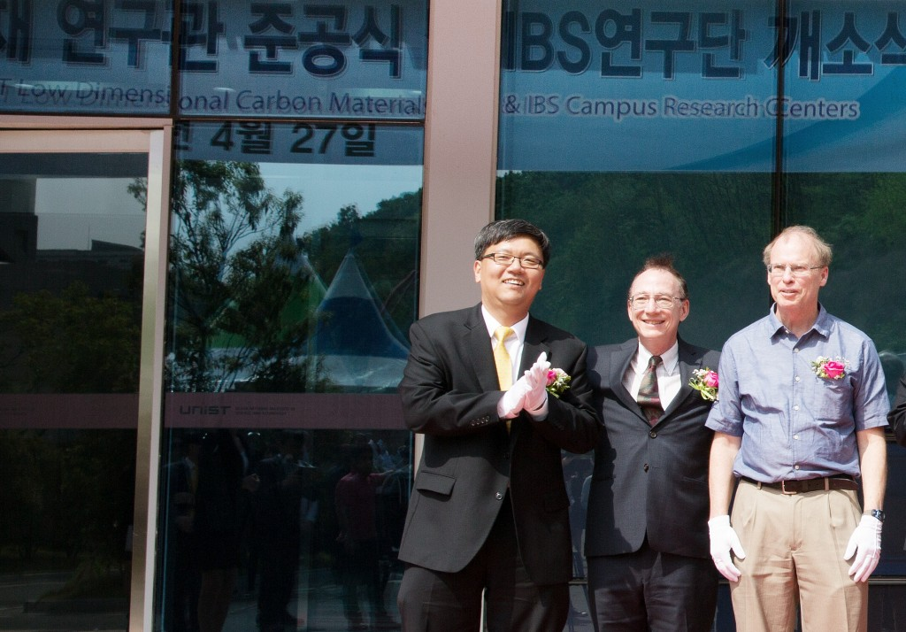 IBS directors of UNIST are posing for a portrait at the completion ceremony of new IBS Center for Multi-Dimensional Carbon Materials (CMCM). From left are Director Kyungjae Myung (IBS Center for Genomic Integrity), Director Steve Granick (IBS Center for Soft and Living Matter), and Director Rodney Ruoff (IBS Center for Multidimensional Carbon Materials).