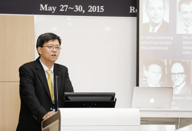 Dr. Kyungjae Myung, Director of the Center for Genomic Integrity (CGI) is giving a welcome address at the 1st CGI International Symposium, held from May 27 to May 30. 2015.