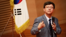 Dr. Kyungjae Myung (School of Life Sciences), delievering a special lecture on the topic of