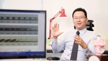Prof. Chae Un Kim (School of Natural Science), explaining new properties of supercooled water at his office.