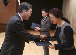 Dr. Wonsun Lim (left), Chief Executive of the National Library of Korea is presenting the Ministry of Culture Award to RyoungEun Kim (right), the UNIST Library team leader at the 2015 Open Access Korea (OAK) Conference.