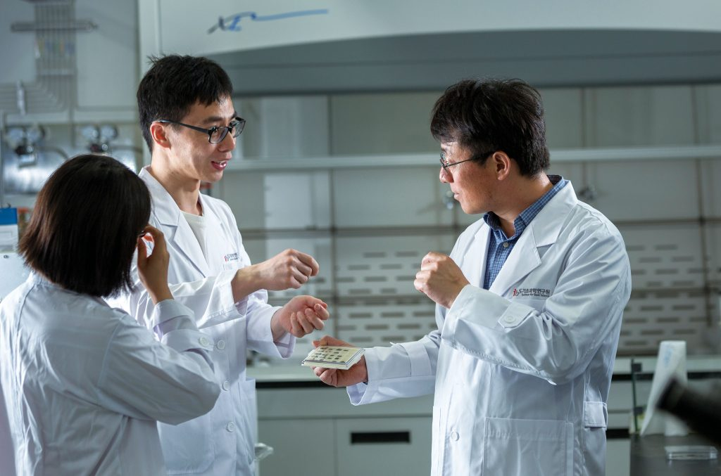 Dr. Xiao Wang (left) and Professor Feng Ding (right) are discussing simulation experiments. | Photo: Ahn Hong Bum